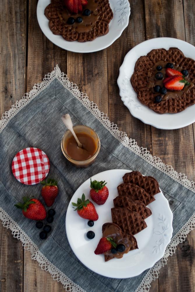 Gofres de chocolate con salsa de caramelo salado