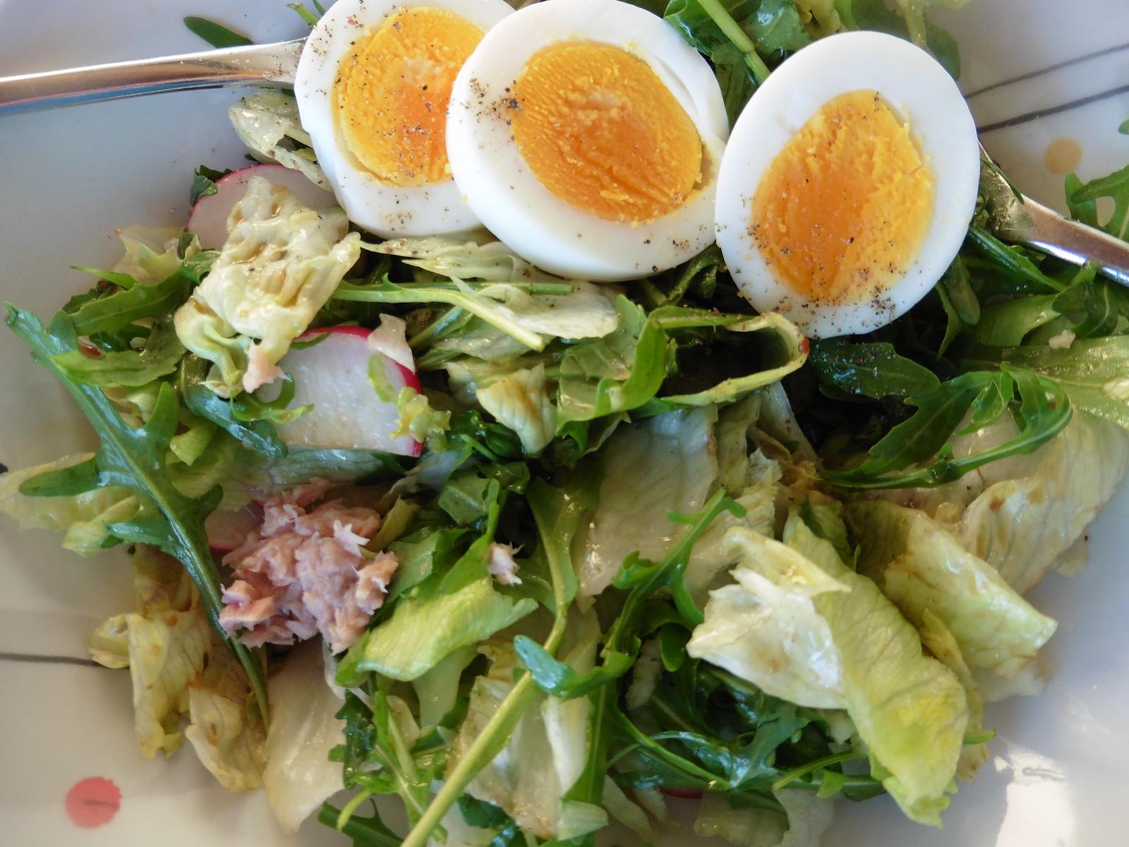 Salat, bissi Thunfisch, Ei, Maggikraut
