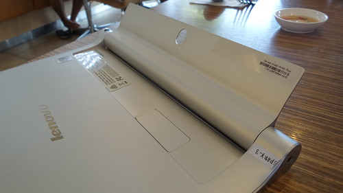 Lenovo Yoga Tablet 2 10.1 เปิด Kickstand แล้ว