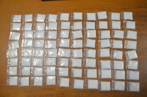 Tres sujetos detenidos con 80 dosis de cocaína, un vehículo y una motocicleta