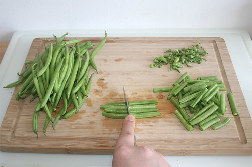 47 - Bohnenenden abtrennen & diese halbieren / Cut off bean ends & half them