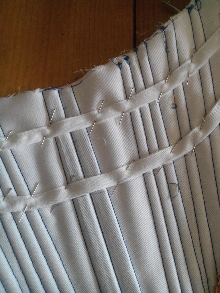 Casiers pour les baleines horizontales, corset rococo en cours de fabrication