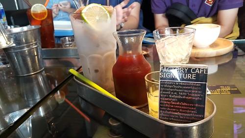 Signature ของร้าน The Factory Cafe เป็นชามะนาว น้ำแข็งทำจากชามะนาว