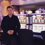 Mies automaattien takana  Tervetuloa kurkistamaan kasinon ovien taakse. Tutustu mitä monipuolisempiin tarinoihin kasinolaisten itsensä kertomana. Huhtikuussa oman tarinansa kertoo peliasiantuntija Matti Lehtonen. Lue koko juttu: casinohelsinki.fi #casinoh