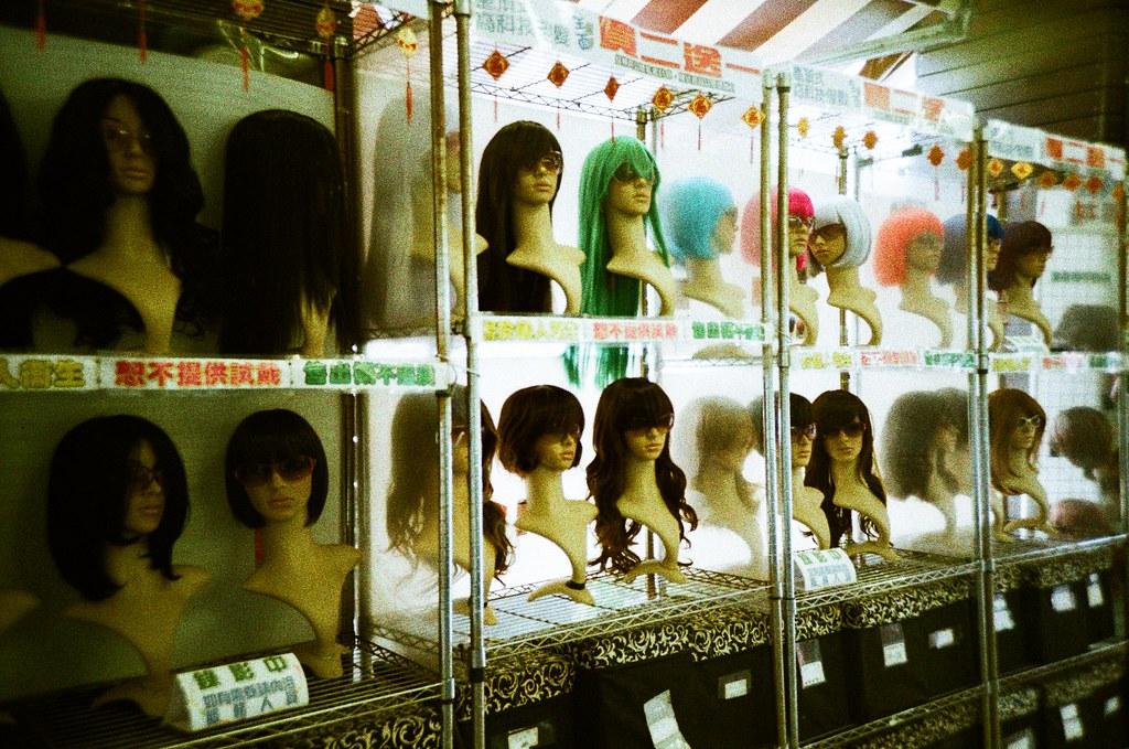 華陰街 Taipei, Taiwan / Slide XPro / Lomo LC-A+ 在印象中 Slide XPro 拍出來的粒子就是這樣的粗,但顏色就一整個完全沒有把握。  直接負沖、正片負沖、直接當作正片沖,顏色完全都一樣。  這是一件非常神奇的事情。  Lomo LC-A+ Lomography Slide / XPro 200 ISO 35mm 2671-0019 2015/11/01 Photo by Toomore
