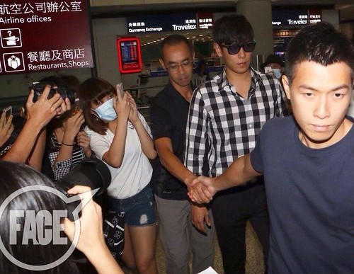 TOP-HongKongAirport-26sep2014-Press-FACEK-pop-02