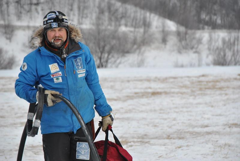 Harald Tunheim forbereder seg på å kjøre ut fra sjekkpunktet Neiden 2. Foto: Trygve Hagelund