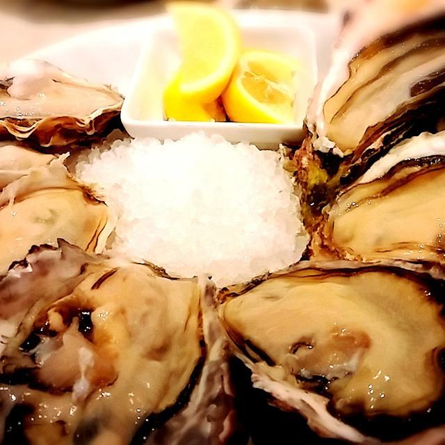 オイスターバーなるところで牡蠣食べ放題。生牡蠣、焼き牡蠣、フライなどで3ダースほど食す。超ミネラル超補充。