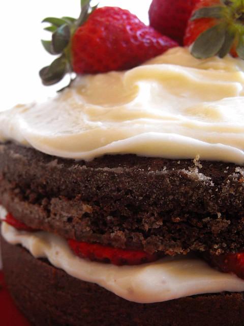 Bolo de chocolate com queijo creme e morangos