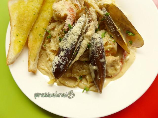 Amigos Fettucine Seafood Pasta (149 Pesos)