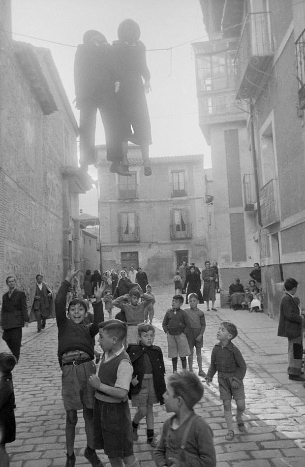 Quema del Judas en la Calle Santo Tomé en 1952. Fotografía de Robert Frank