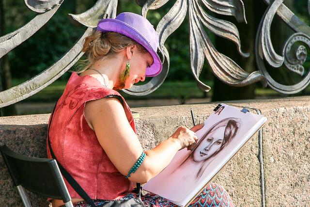 A portrait painter in Saint Petersburg, Russia サンクトペテルブルク、似顔絵描きの女性