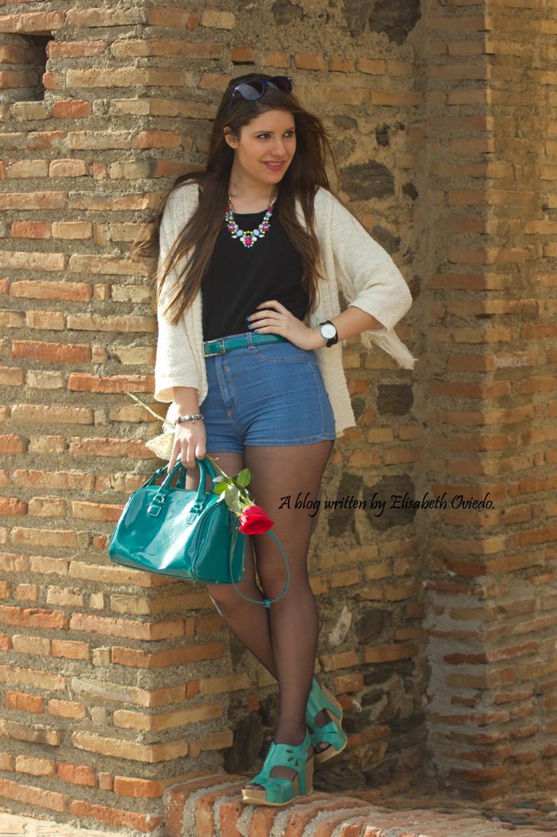 poncho blanco con shorts denim y tacones HEELSANDROSES (4)