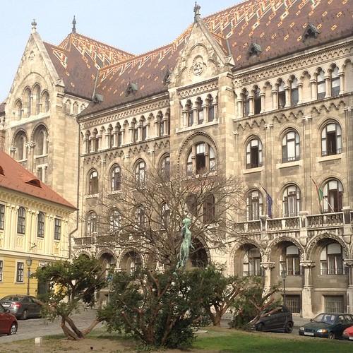 Еще одно историческое здание на автобусной остановке. И скульптура, мы все не успеваем ее разглядеть - автобус приезжает очень быстро))) #будапешт
