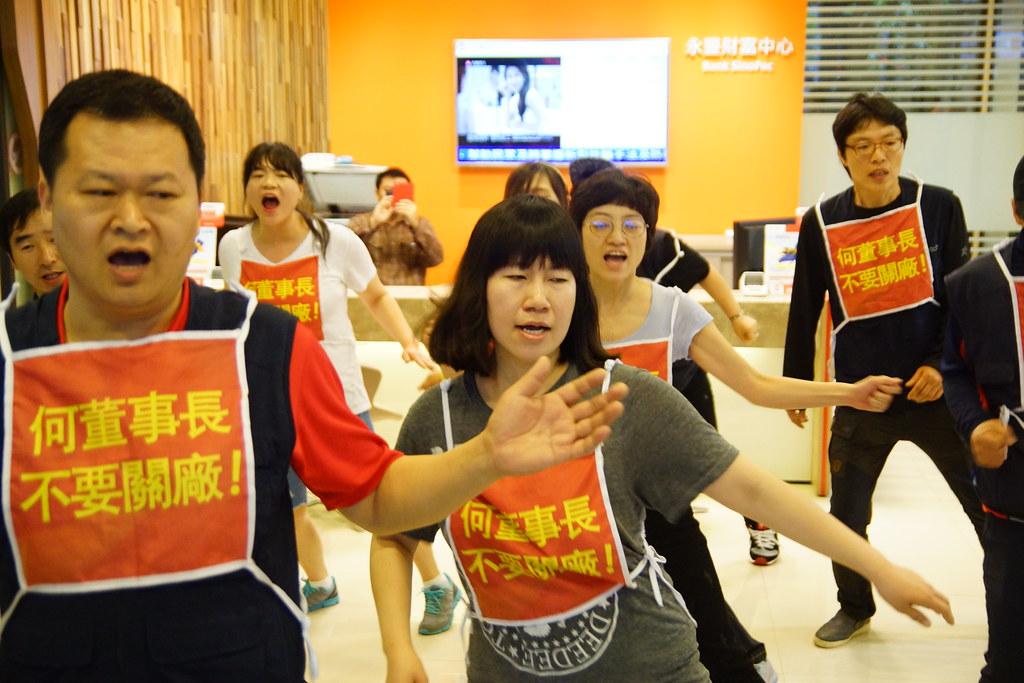 Hydis工人突襲永豐銀行東門分行,占領大廳呼喊「撤回關廠、解雇」口號。(攝影:王顥中)