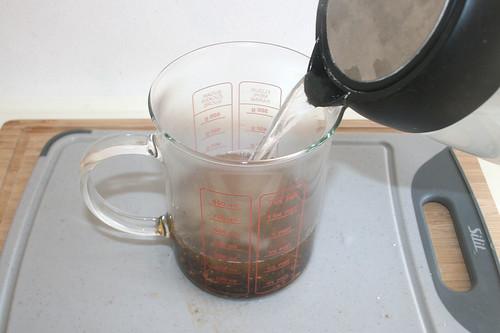 12 - Mit heißem Wasser aufgießen / Pour with boiling water