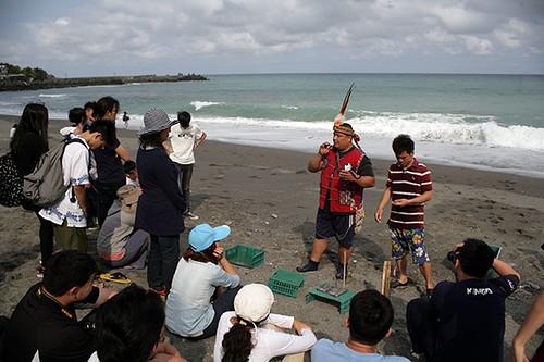 阿朗壹社區的浪花蟹體驗,由村長親自帶隊。圖片來源:朱雲瑋