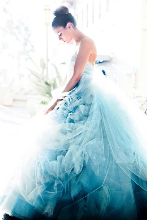 Cô dâu dịu dàng với váy cưới xanh Pastel