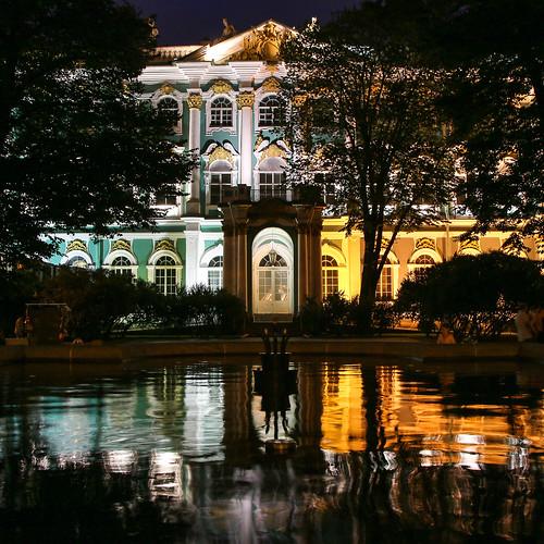 Illuminated Hermitage Museum reflecting to the pond at night, Saint Petersburg, Russia サンクトペテルブルク、ライトアップしたエルミタージュ美術館