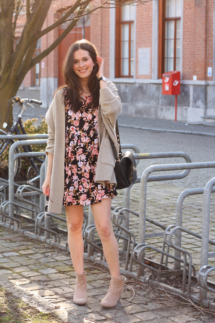 Outfit Floral babydoll dress in the afternoon light - THE STYLING DUTCHMAN.