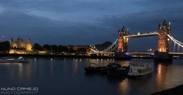 Torre de Londres e Ponte da torre ao anoitecer