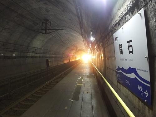 開業日の筒石駅(頸城トンネル内にホームがある)。駅名標はラインカラーの青色に日本海をイメージしたデザイン