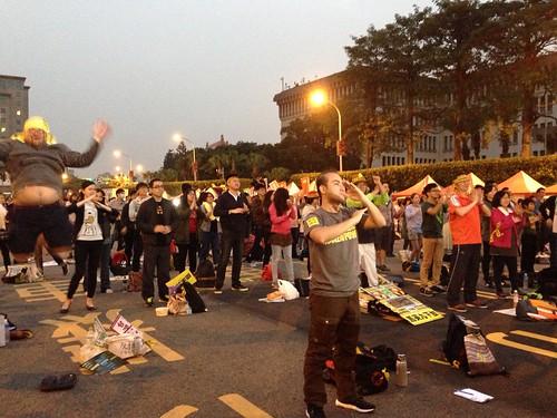2015反核遊行晚會帶領大家重溫「反核操」;攝影:林姝函。