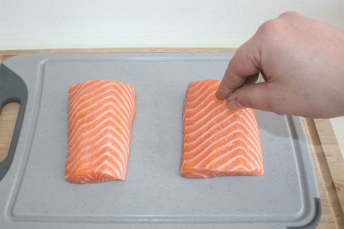 24 - Lachsfilet mit Salz würzen / Season salmon filets with salt