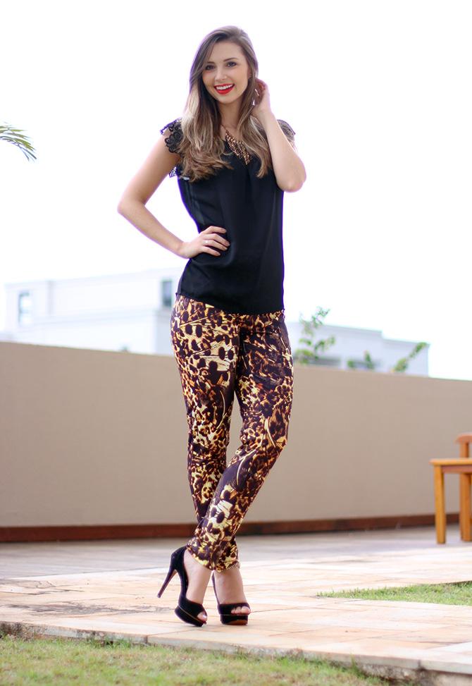 3-lookdodia calça estampada e blusa preta