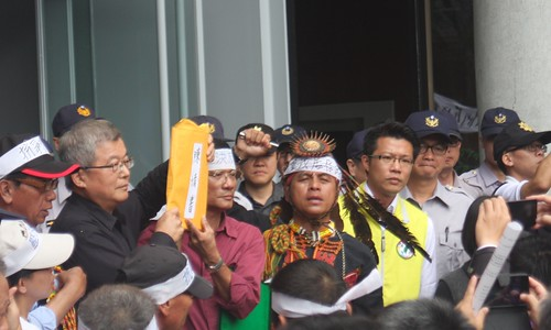 新園里里民聚集縣政府廣場前遞交陳情書表達訴願。攝影:林廷益