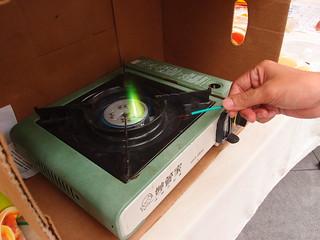 再放上爐火,閃出綠色火焰,證實含有氯成分,燃燒後會產生戴奧辛。