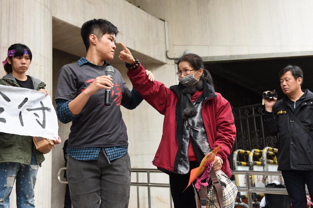 因鼻咽癌而幾乎無法作聲的RCA工人黃春窕(右二)在鐵門前的衝突過後,仍然激動不已。(攝影:宋小海)