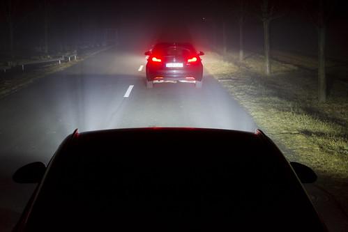 Vorausfahrender Verkehr – normales Fernlicht