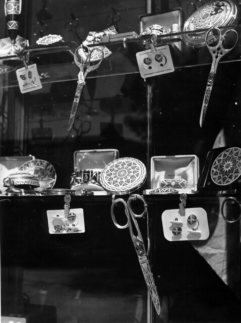 Escaparate con damasquino en 1952. Fotografía de Erika Groth-Schmachtenberger © Universitätsbibliothek Augsburg