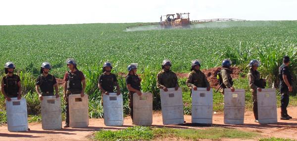 policiais protegendo plantação de soja transgênica durante fumigação.jpg