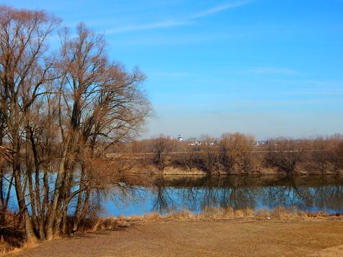 река и синее небо