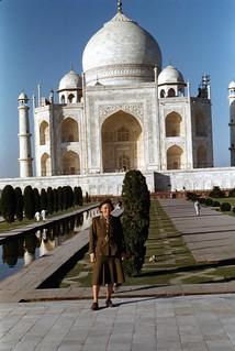 Inger Schulstad ved Taj Mahal (1952)