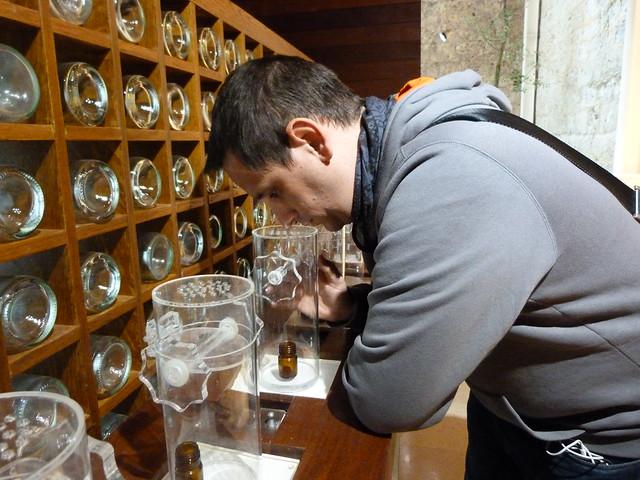 El Museo Provincial del Vino en Peñafiel es interactivo. Aquí estoy tratando de adivinar aromas