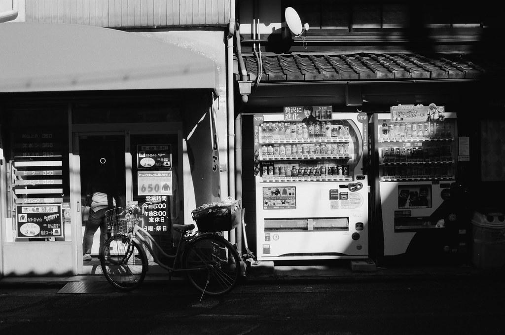 寺町通 京都 Kyoto, Japan / Kodak TMAX / Nikon FM2 2015/09/29 離開伏見稻荷後回到了河原町、寺町通這裡,我記得我要去買一個百年老店的布丁,當作今天的生日禮物。  那時候太陽快要下山,寺町通的路線是東西向,可以拍路人的影子。  當然還有可以拍我很喜愛的逆光。  (後來才發現我還滿多逆光的作品)  Nikon FM2 Nikon AI AF Nikkor 35mm F/2D Kodak 100 TMAX Professional ISO 100 1273-0006 Photo by Toomore