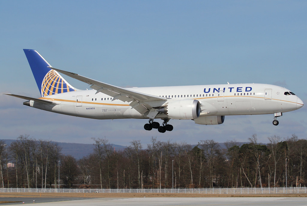 Over the numbers of RWY07L inbound from Houston IAH as UA46. New dreamliner service to Frankfurt! Delivered 12/2012.