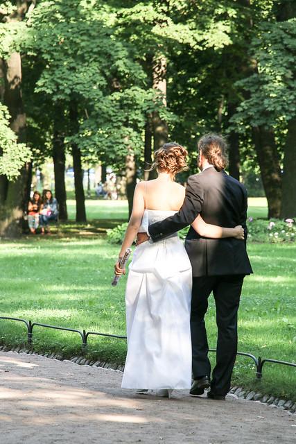 Newly‐married couple walking in the park, Saint Petersburg, Russia サンクトペテルブルク、血の上の救世主教会隣の公園で歩く新婚さん