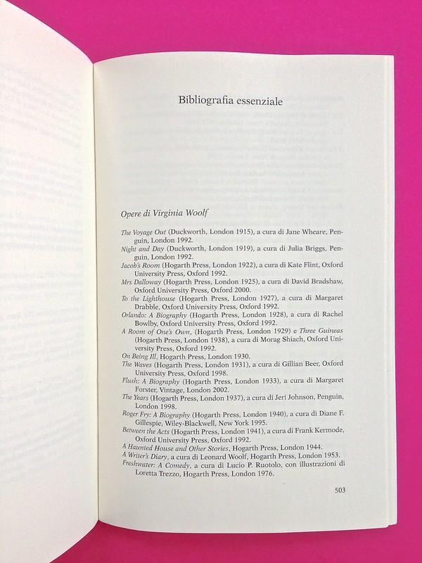 Gli anni, di Virginia Woolf. Feltrinelli 2015. Art dir.: Cristiano Guerri; alla cop.: ill. col. di Carlotta Cogliati. Bibliografia essenziale, a p. 503 (part.), 1