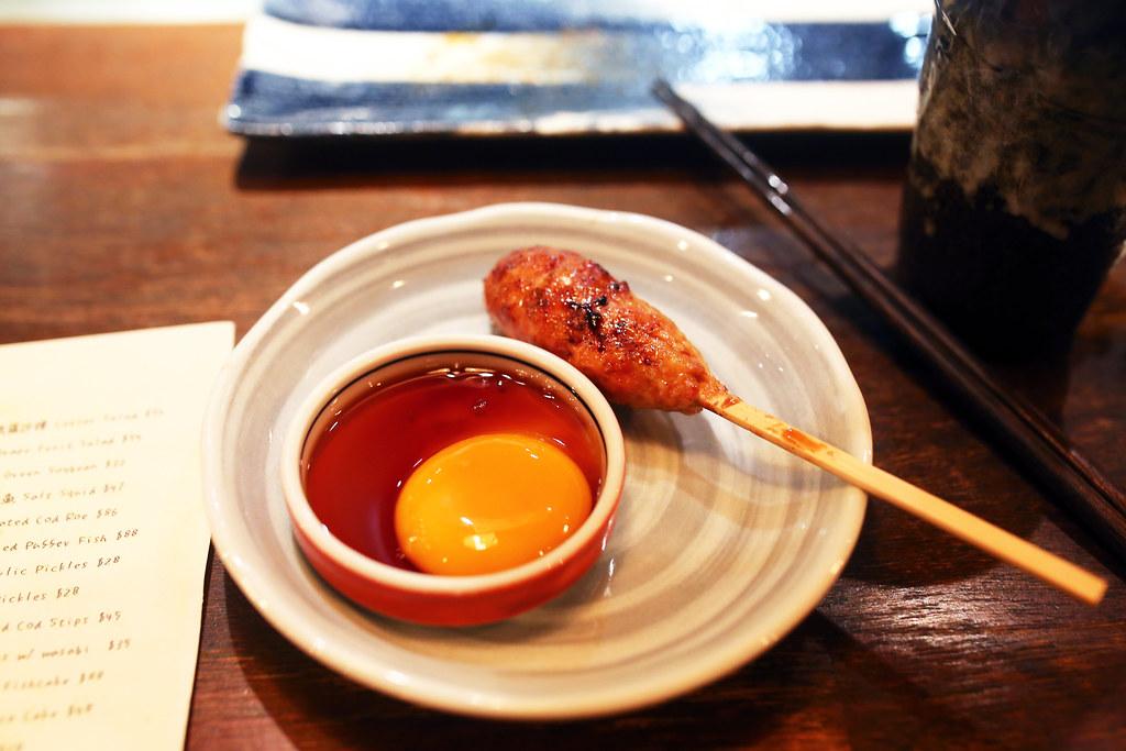 Hong Kong but Japanese food / Sigma 35mm / Canon 6D 店裡的招牌,好奇其他人都點,自己也點一份吃看看,要沾著生蛋黃吃的手工雞肉串,好吃沒話講!  因為實在太想要喝生啤酒,結果在蘭桂坊吃日式居酒屋。  Chicken skewers + egg yolk = perfect delicious!!!  Canon 6D Sigma 35mm F1.4 DG HSM Art IMG_1350 Photo by Toomore