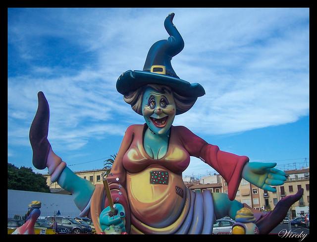 Cuatro fiestas verano viajar AVE - Hoguera en las Fogueres de Sant Joan de Alicante