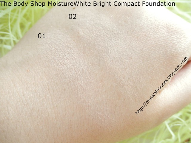 The Body Shop MoistureWhite Bright Compact Foundation SPF25 Close Swatches