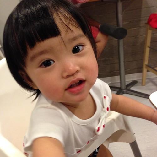 兒童節一起去 IKEA 吃飯,會乖乖坐在餐椅裡等媽媽吃一下飯