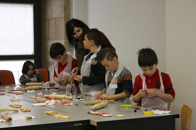 Los mini chefs reposteros, decorando sus creaciones