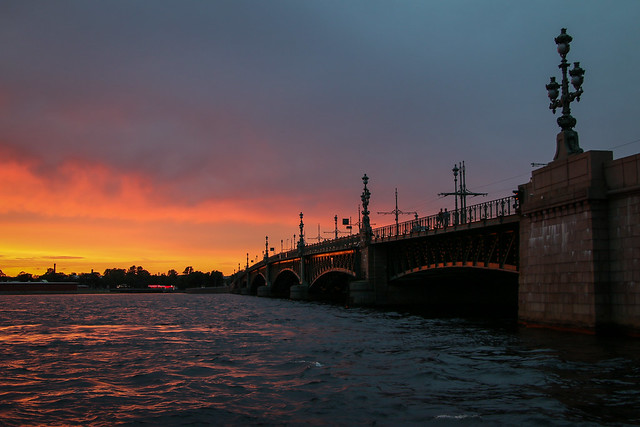 Sunset view from the Neva River, Saint Petersburg, Russia サンクトペテルブルク、ネヴァ川で見た燃えるような夕焼け