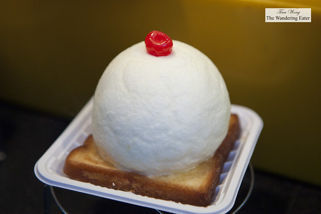 A milk toast dessert at Donghuamen (东华门) Night Market