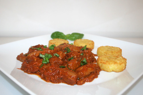 41 - Pork tomato chop with basil - Seitenansicht / Schweine-Tomatengeschnetzeltes mit Basilikum - Seitenansicht
